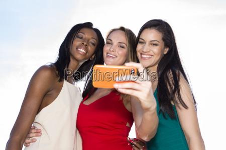 portraet von drei frauen die selfies