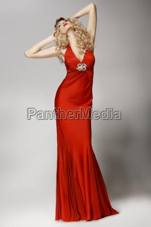 verfuehrerisch formschoene frau in rotem kleid