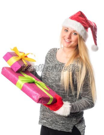 weihnachtsfrau haelt ein geschenk und laechelt