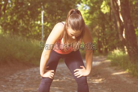 fitness gesunder lebensstil junge frau