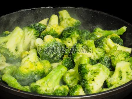 auftauen gefrorener gruener brokkoli