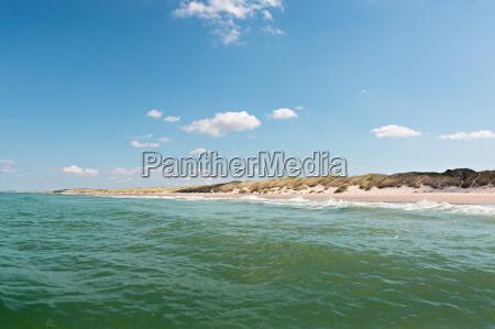 einsamer sandstrand im sommer