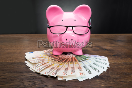 piggybank mit euro banknoten