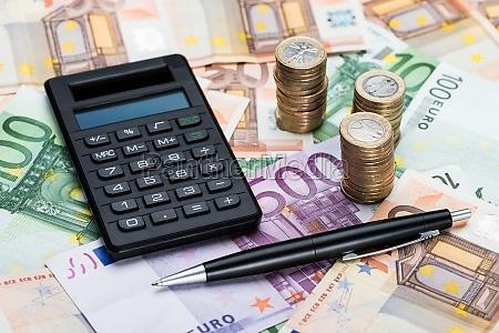 rechner und stift auf euro waehrung