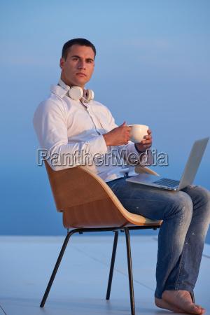 entspannten jungen mann zu hause auf