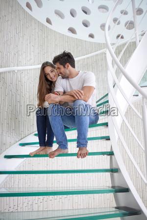 entspannt yung paar zu hause treppe