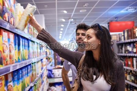 paar, einkaufen, in, einem, supermarkt - 14325577