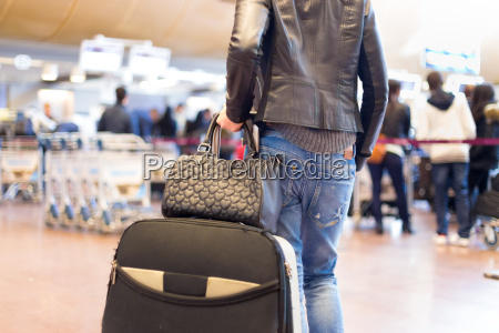 frau bahnhof station handtasche bahn eisenbahn
