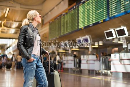 weibliche reisende checking flug abflug bord
