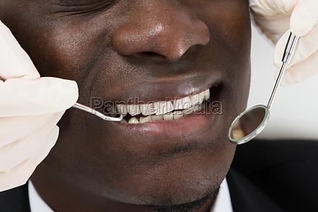 doktor tun zahnaerztliche kontrolle der patienten