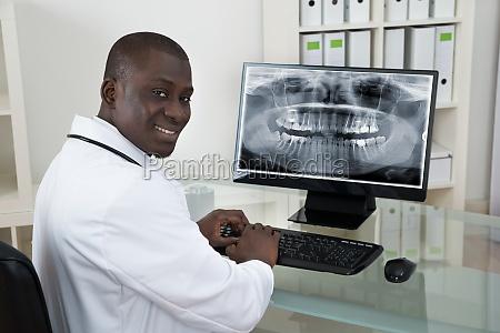 dentist with teeth x ray auf