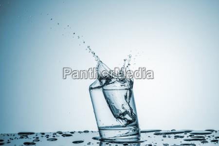 wasser im glas mit wasserspritzen