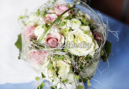 brautstrauss mit gelben und rosa rosen