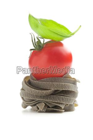 bandnudeln mit tomaten und basilikum