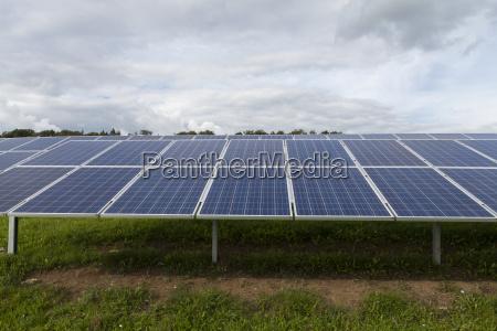 solarzellen in einem solarpark auf gruener