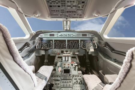 innenansicht flugzeug cockpit g550 mit steuerung