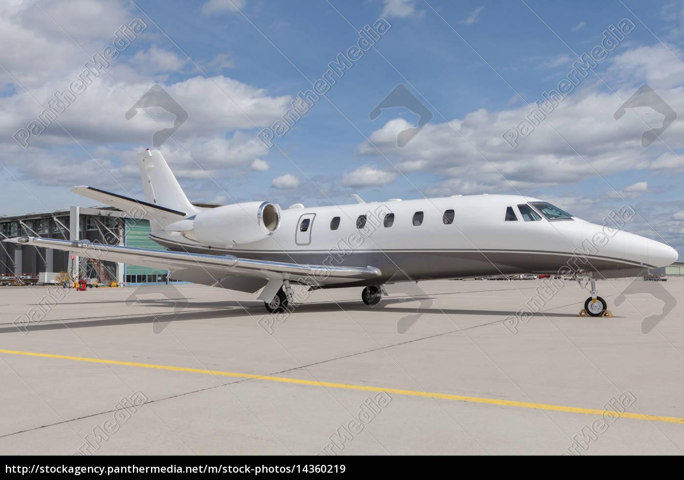 flugzeug privatjet auf dem rollfeld vor dem hangar lizenzfreies bild 14360219 bildagentur. Black Bedroom Furniture Sets. Home Design Ideas