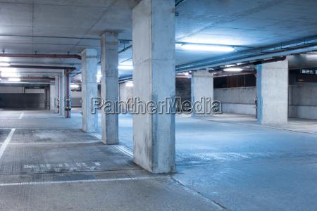 dunkle parkhaus industrie innenraum