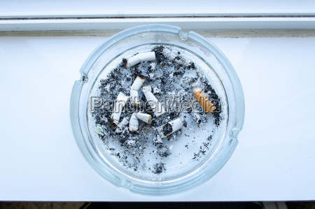 schmutziger aschenbecher