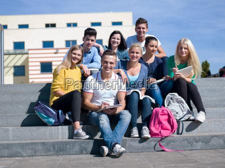 studenten draussen sitzen auf stufen