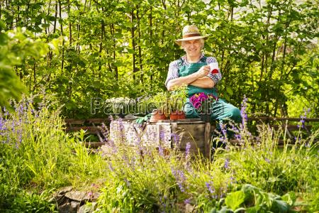 garten gaertner strohhut pflanzen sitzen kaffe