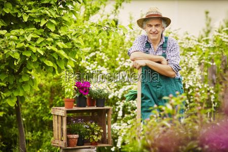 gardeners pause spade