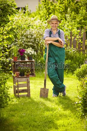 garten gaertner strohhut spaten zaun