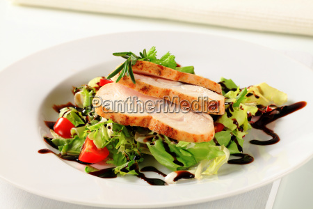 haehnchenbrust mit gruenem salat