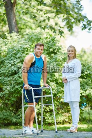 gehen sie mit behinderten menschen