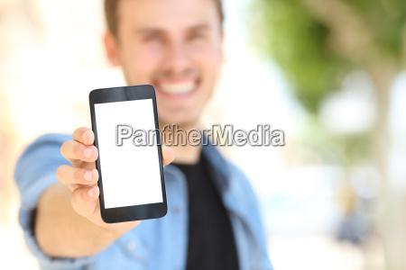 mann zeigt eine leere handy bildschirm