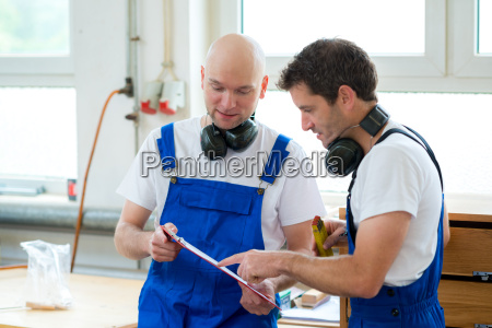 chef und arbeiter in einer schreinerei