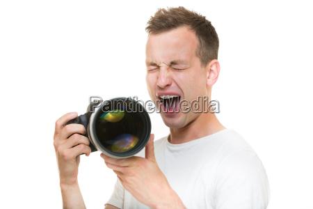 junger pro fotografen mit digitalkamera