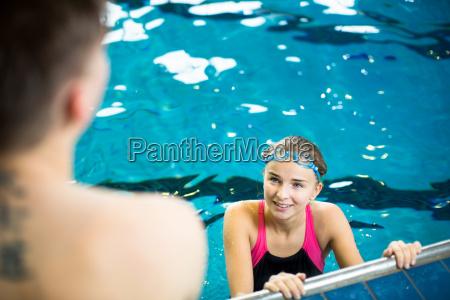 weibliche schwimmer in einem hallenbad