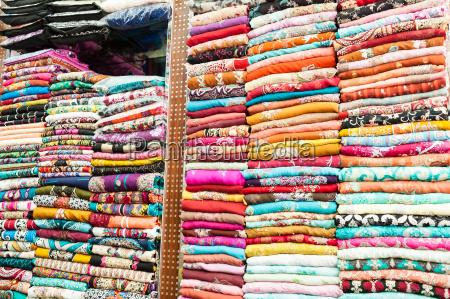 indische bunte kleider in den regalen