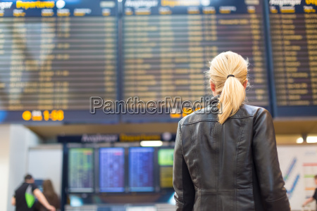 viajero femenino comprobando el vuelo de