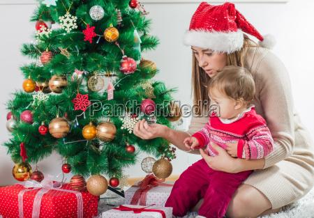 weihnachten happy family oeffnen urlaub geschenk