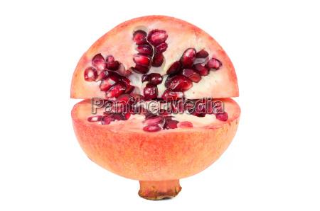 schneiden sie granatapfel frucht auf weissem