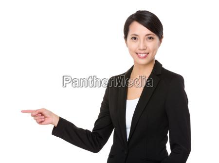 junge geschaeftsfrau mit fingerspitzengefuehl abseits