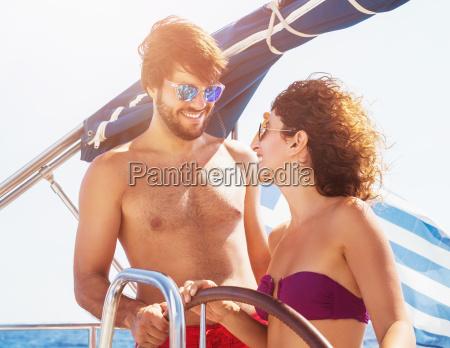 froehliche paar segelboot fahren
