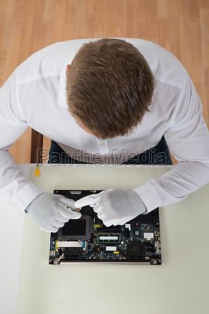 mann reparert laptop motherboard
