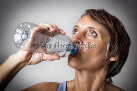 frau mittleren alters trinken