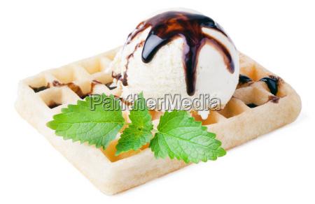 waffel mit vanille eis kugel und
