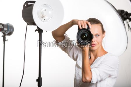 schoen weiblichen pro fotograf mit digitalkamera