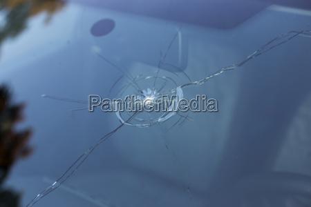 eine durch steinschlag beschaedigte windschutzscheibe