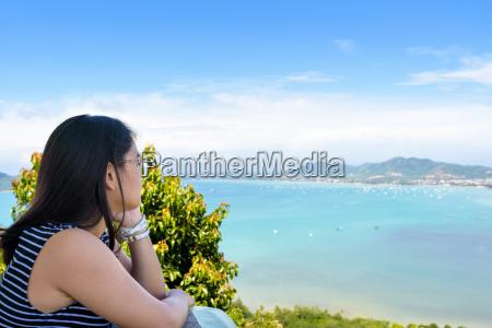 frauen touristischen blick auf das meer