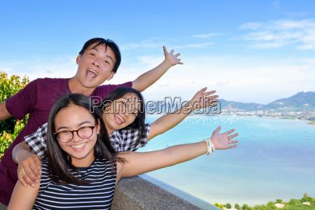 familie von touristen einladend das meer