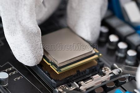 person installieren central processor in motherboard