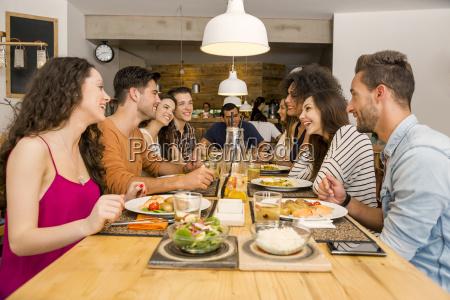 freunde im restaurant zu mittag essen
