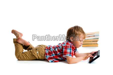 kleiner junge mit tablet computer und
