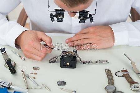 man reparatur armbanduhr